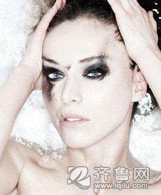 美容师使用卸妆乳和软软的化妆棉将脸上的彩妆擦拭